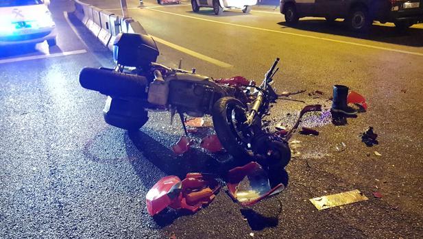 La moto que chocó contra el turismo que se saltó un semáforo
