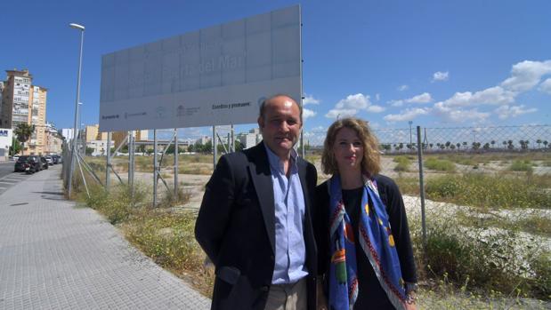 Ortiz y Ana Mestre, en el solar done estaba previsto levantar el nuevo hospital