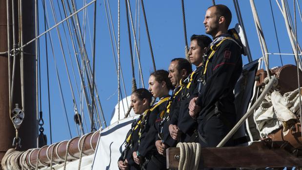 Marineros sobre uno de los palos del Juan Sebastián de Elcano.