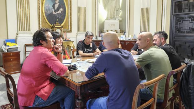 El alcalde de Cádiz mantuvo este lunes un encuentro con los representantes sindicales que promueven la huelga del miércoles.