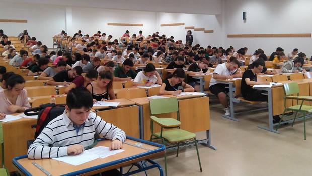 Imagen de los alumnos realizando el examen de la selectividad.