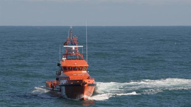 La 'Concepción Arenal' ha sido la encargada del rescate y del traslado de los migrantes al puerto de Tarifa.