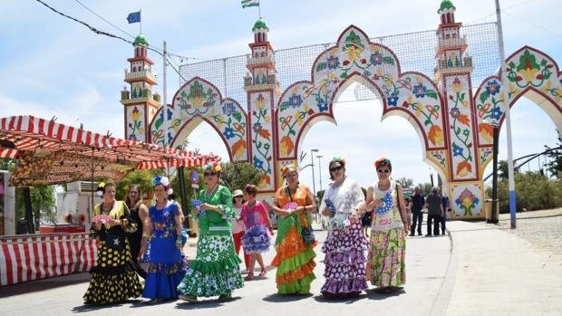 Un grupo de mujeres vestidas de flamencas.