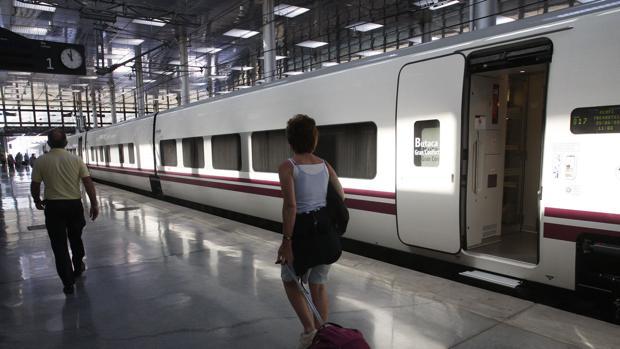 Imagen de un tren Alvia en la estación de Cádiz