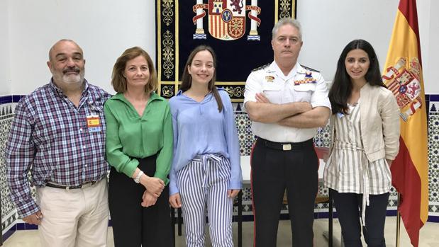 El subdelegado de Defensa junto a la alumna ganadora, padres y representante del centro escolar.