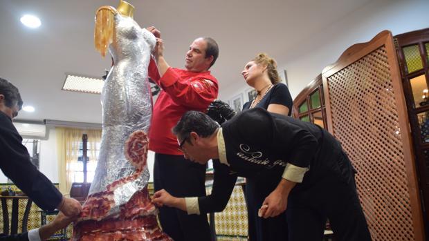 Imagen del traje de flamenca que se hizo con corte de jamón.
