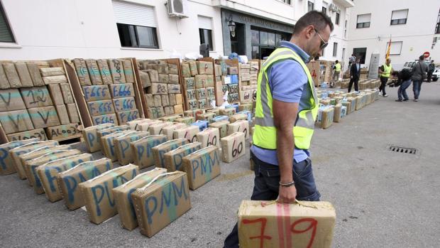 Un Guardia Civil junto al hachís interceptado en un camión en Algeciras. :: la voz