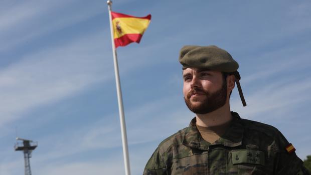 El teniente Yagüe en el acuartelamiento de Camposoto, antes de partir hacia Letonia.