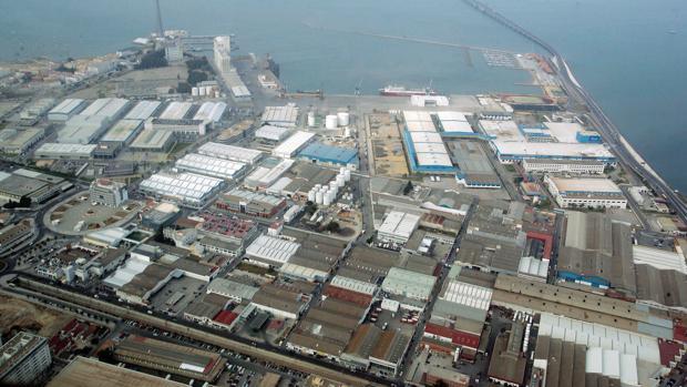 Imagen aérea del recinto exterior e interior de la Zona Franca de Cádiz.