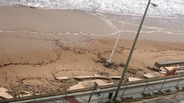 Los escombros que han sido sepultados en la playa Victoria de Cádiz