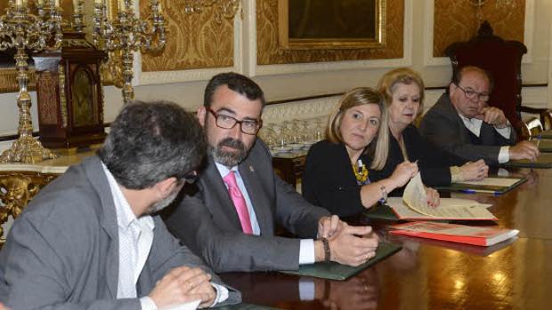 Irene García, presidenta de la Diputación de Cádiz, junto a Javier Pizarro