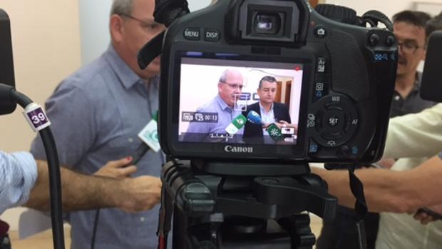 Sánchez Rojas y Antonio Sanz comparecen tras la reunión