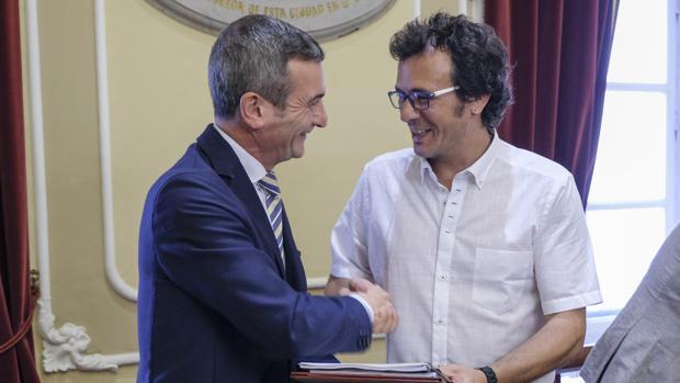 El alcalde y el rector, momentos antes de la firma del convenio.