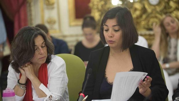 Las diputadas Maribel Peinado y María Dolores Varo, en el Pleno.