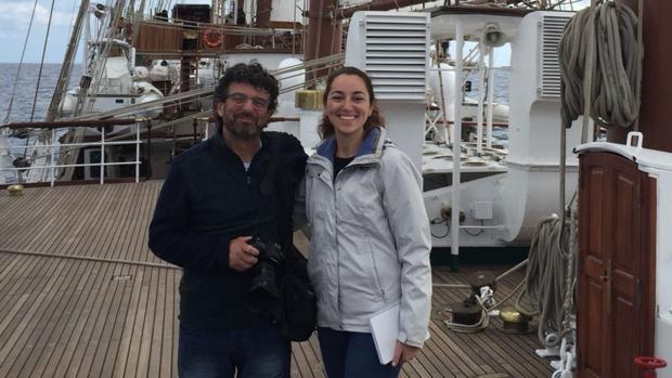 Los periodistas de LA VOZ Verónica Sánchez y Antonio Vázquez en Elcano