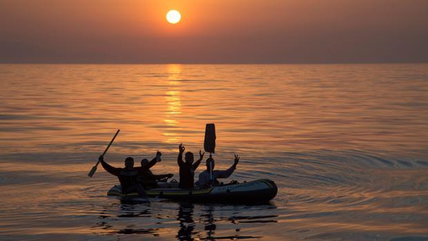 El amanecer en el #Estrecho en uno de los rescates de la mañana por la Arcturus