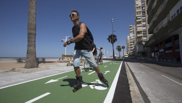 Las personas que irrumpan en el carril bici se enfrentan a sanciones de hasta 70 euros.