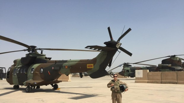 La comandante gallego junto a los helicópteros del Ejército desplegados en Irak.