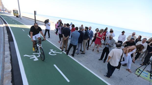 El consejero y el alcalde han inaugurado este miércoles el primer tramo del carril bici.