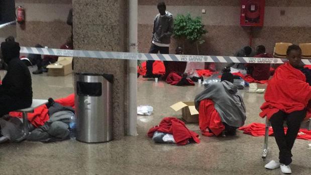 Inmigrantes, descansado en la terminal de pasajeros de Algeciras.