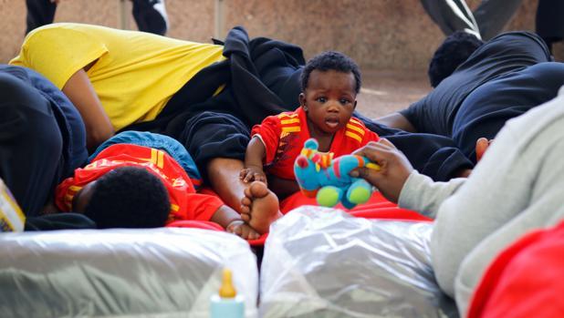 Uno de los bebés de los llegados este miércoles en la terminal de pasajeros de Algeciras, en el suelo.