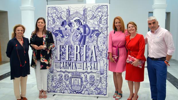 Responsables municipales y del centro junto al cartel de Feria.