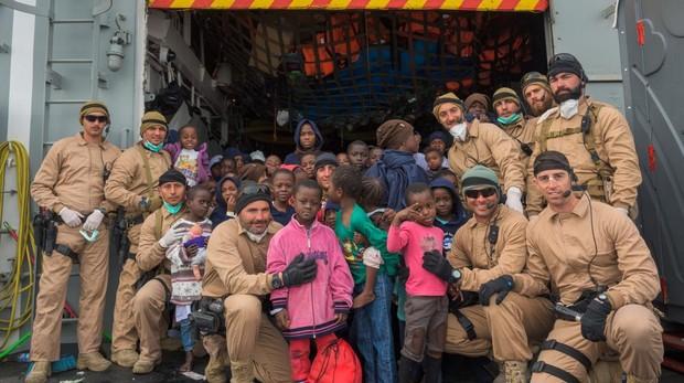 El equipo EOS con migrantes rescatados en la 'Santa María'.