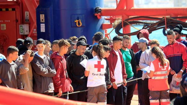 Miembros de Cruz Roja atendiendo a inmigrantes