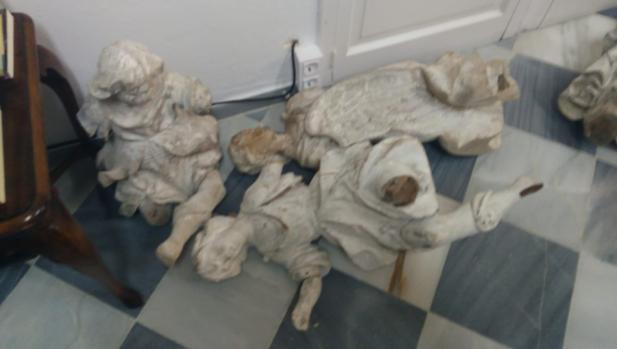 Los ángeles de La Roldana, en el suelo, tras ser entregados al Obispado.