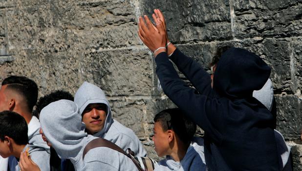Menores inmigrantes, en el puerto de Tarifa.
