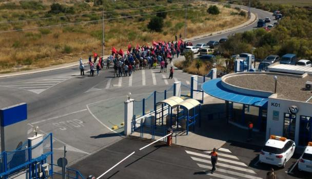Miembros de la CGT en manifestación desde Airbus hasta el Ayuntamiento de Puerto Real