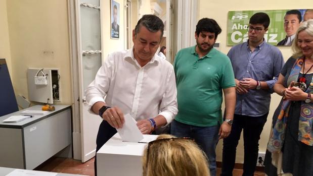El presidente provincial del PP, Antonio Sanz, votó a primera hora del jueves