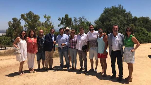 El alcalde de Vejer, José Ortiz, junto con el presidente de AECCA, José Antonio Medina y el resto de empresarios.