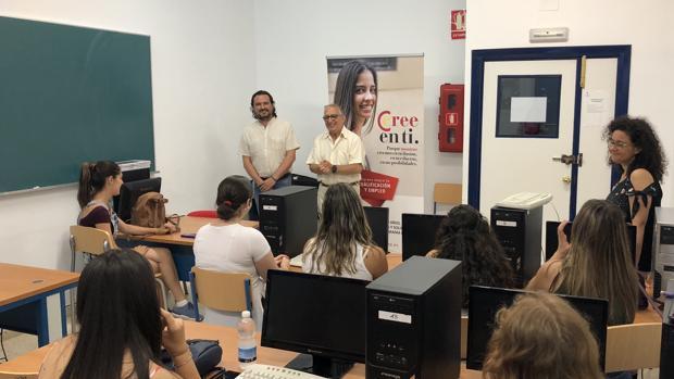 Miguel Urraca, secretario general de la Cámara y Manuel Fernando Macías, Alcalde de Medina Sidonia, en la inauguración del curso PICE en dicha localidad