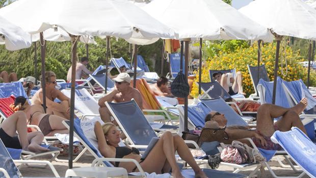 Turistas disfrutando de un caluroso día en un hotel