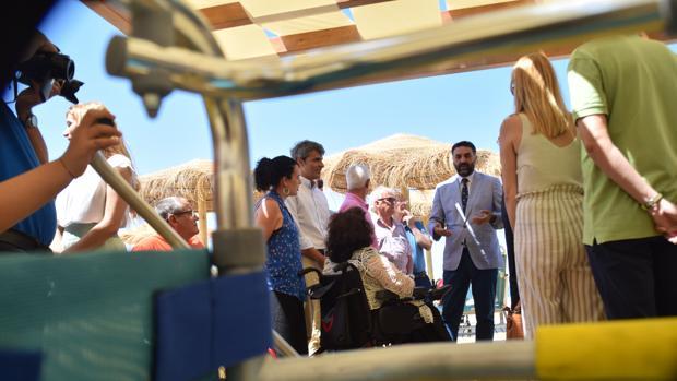 El consejero visita el nuevo espacio con el que cuenta Camposoto para personas con movilidad reducida