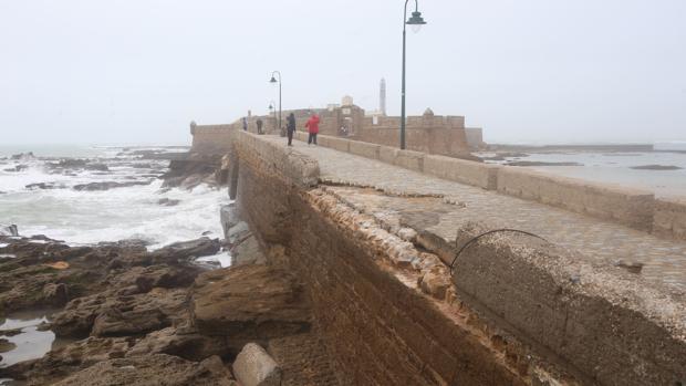El acceso al castillo de San Sebastián quedó muy dañado por los temporales del pasado invierno