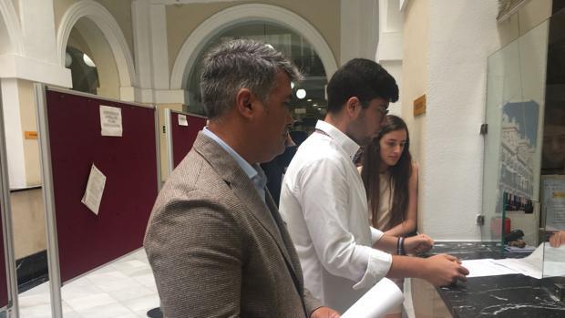Romaní, acompañado de Oliver, en el Registro Municipal.
