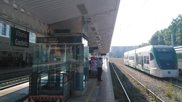 El tranvía en la estación de Vitoria.