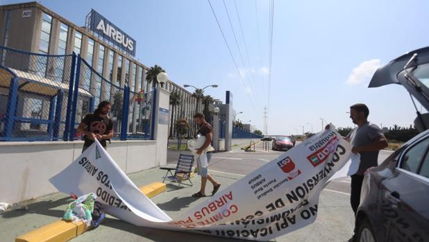 Sindicalistas de la CGT desmontan las pancartas que colocaron en la puerta de la factoría