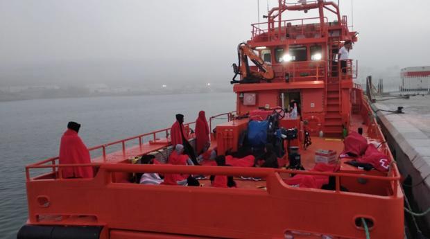 Los inmigrantes durmieron a la intemperie sobre la cubierta de la patrullera.