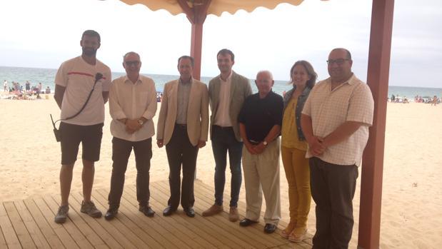 Los responsables municipales en uno de los equipamientos de la playa.