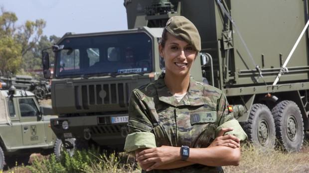 La cabo Malika en el Regimiento de Artillería de Costa nº 4 de San Fernando en el que está destinada.