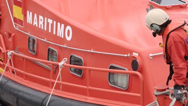 Una de las Salvamar en la operación de rescate de personas en el Estrecho de Gibraltar