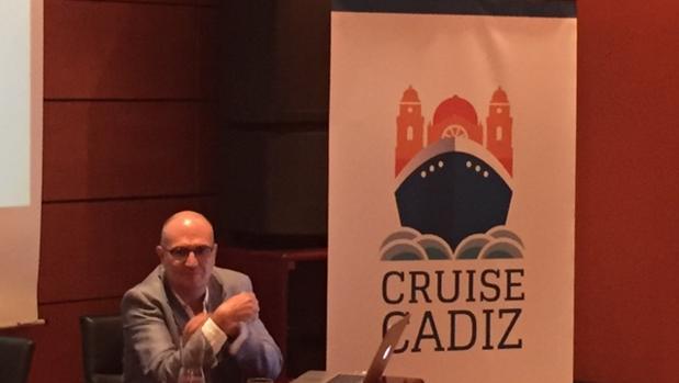 Momento de la presentación del logotipo por el director de Cadigrafía, Ignacio González Dorao