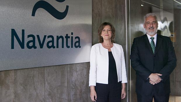La nueva presidenta de la compañía, Susana Sarriá, con su antecesor, Esteban García.