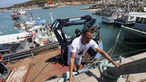 Antonio Ramírez, en el puerto de Conil, donde atraca el 'Luz y Mar'