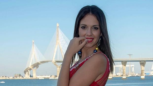 Ana Rivas posando frente al Puente de la Constitución de 1812