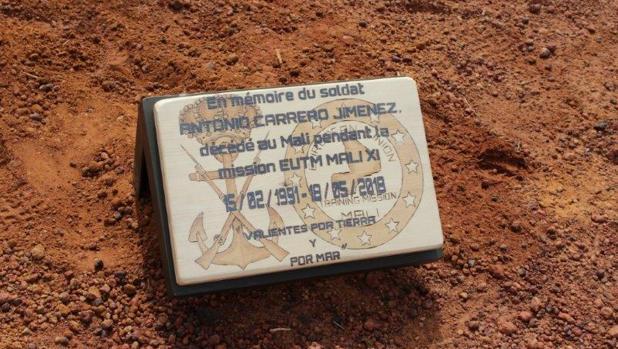 La placa que han colocado sus compañeros en el lugar en el que falleció el soldado Carrero.