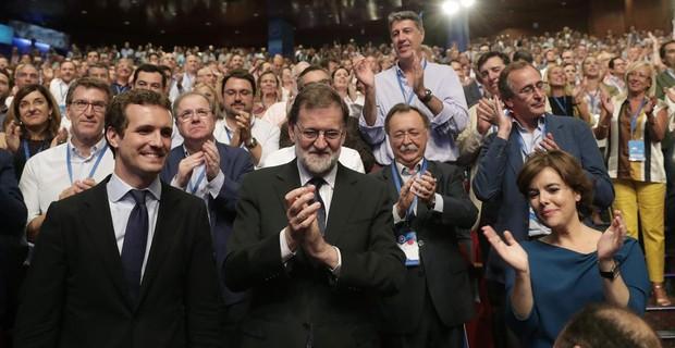 Casado junto a Rajoy y Sáenz de Santamaría durante el congreso en el que fue elegido presidente del PP.